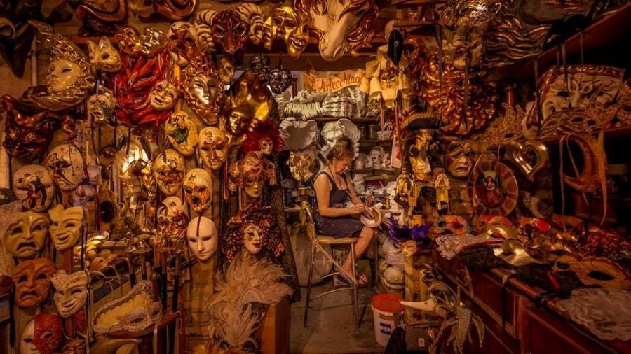 the-mask-lady-venice-by-dean-saffron