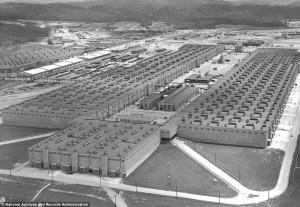 Costruite nei primi anni del movimento moderno, queste città riflettevano idee all'avanguardia sull'urbanistica, le abitazioni di massa, l'ingegneria civile e meccanica e la costruzione modulare. Nella foto è una veduta aerea del piano K-25 a Oak Ridge, c. 1945 | National archives and records administration