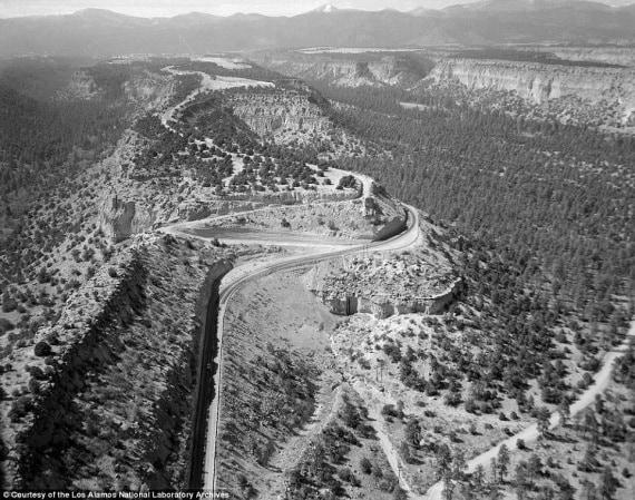 Una veduta aerea della strada verso Los Alamos tra il 1943 e il 1945. Le città furono appositamente posizionate in luoghi remoti, perché non destassero sospetti. | National archives and records administration
