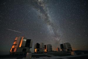Una perseide sfreccia nel cielo del Cile sopra i grandi telecopi europei