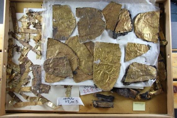 Le 100 placche d'oro sono rimaste sono rimaste al buio per quasi 100 anni.