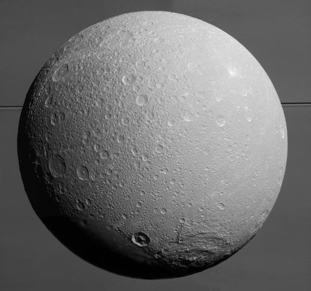 Il polo sud di Encelado è più caldo del previsto