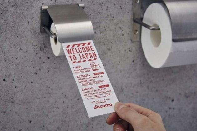 Nei bagni del Giappone arriva la carta igienica per smartphone
