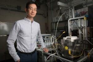 Xiao-Yu Wu con il reattore utilizzato dal suo team al MIT.