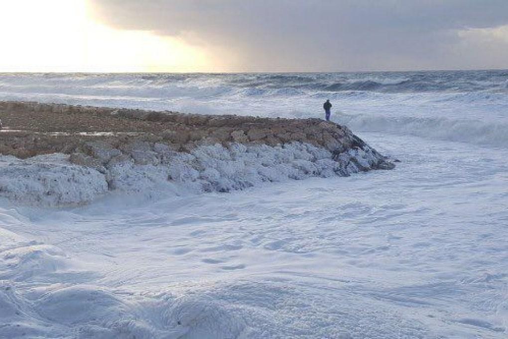 Libano, la spiaggia è invasa dalla schiuma: cosa è accaduto?