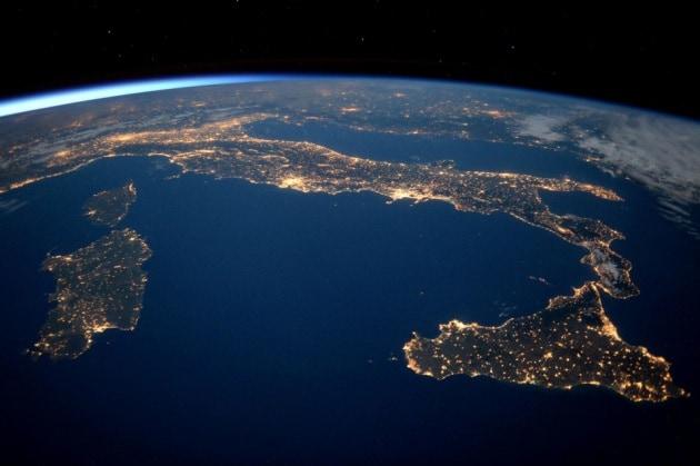 L italia vista dallo spazio in super hd for Sfondi spazio hd
