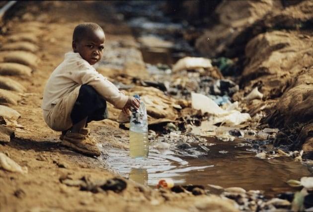 Due miliardi di persone bevono acqua contaminata