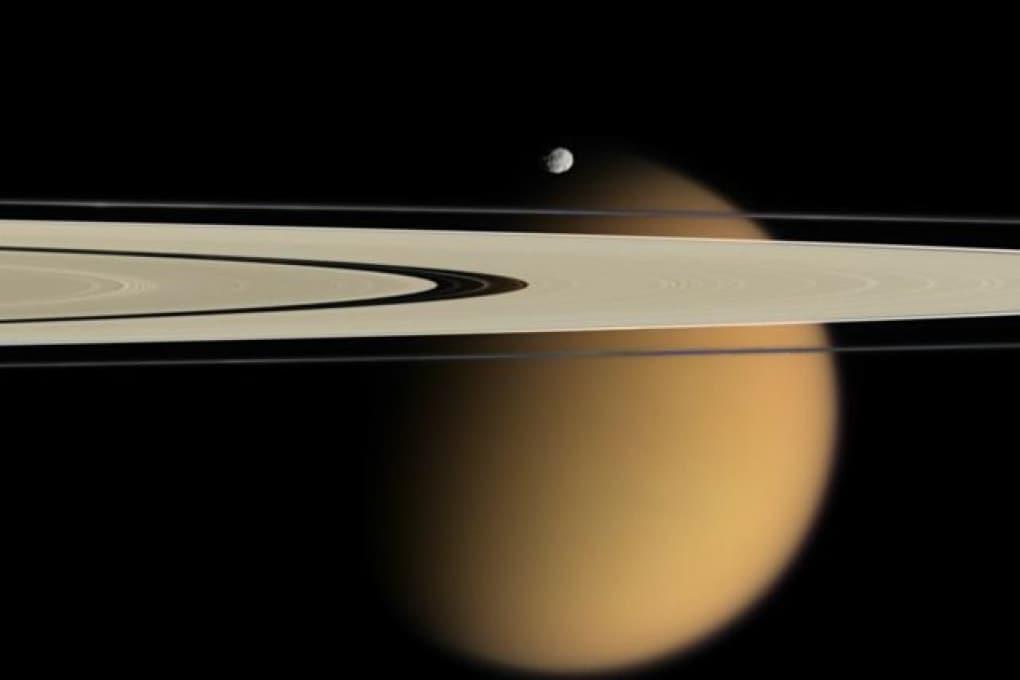Violente tempeste sulla grande luna di Saturno