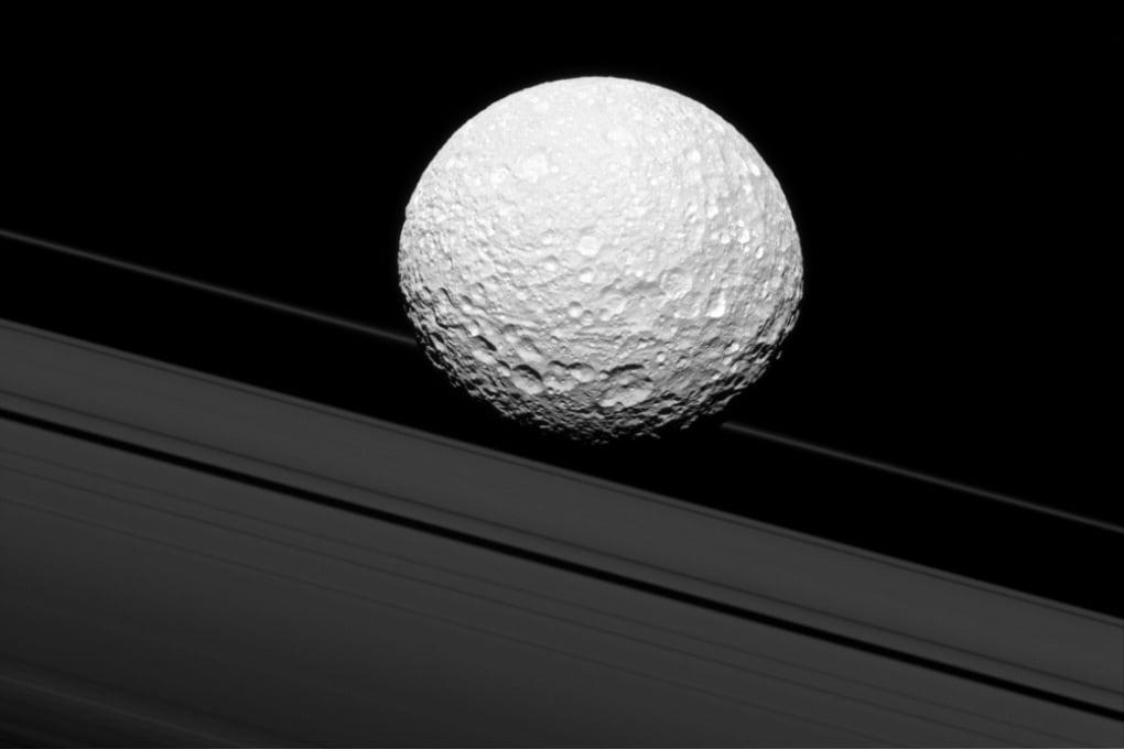 Mimas, la Morte Nera o una pallina da golf?