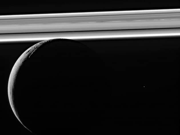 Saturno e la sua luna Encelado sono collegati tra loro da onde di plasma
