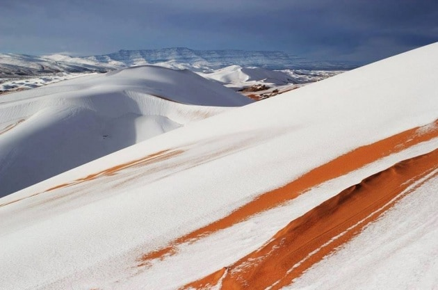 La neve ricopre la superficie sabbiosa del Sahara. Assomiglia molto a un paesaggio marziano