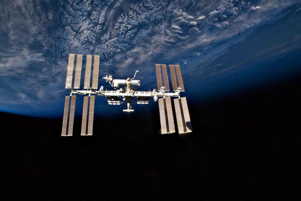 Micrometeorite, sabotaggio o errore umano? Mistero sulla ISS