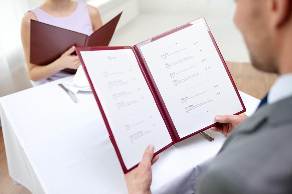 La psicologia del menu: cosa ci spinge a ordinare al ristorante