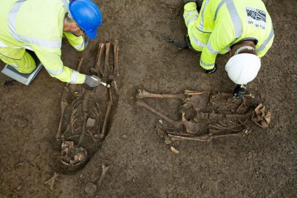 Una coppia di scheletri di epoca romana trovata con le gambe amputate nel Regno Unito