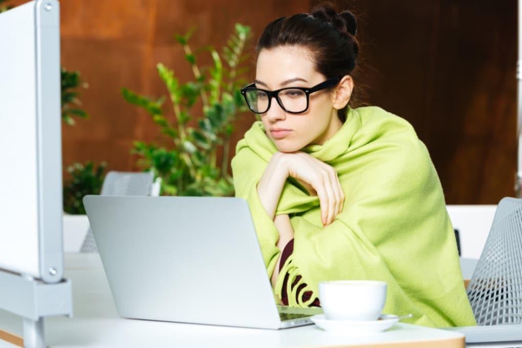 Perché in estate le donne soffrono il freddo in ufficio?