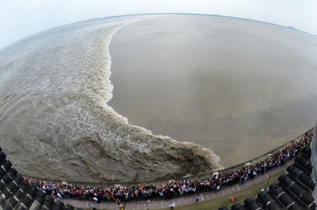 Le onde esagerate del fiume Qiantang