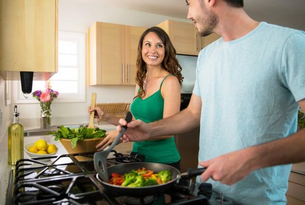 uomo-donna-cibo-cucina