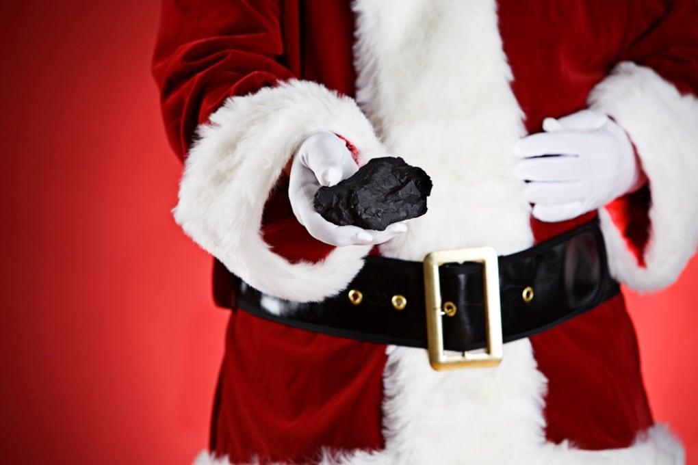 Perché Babbo Natale e la Befana portano anche il carbone?