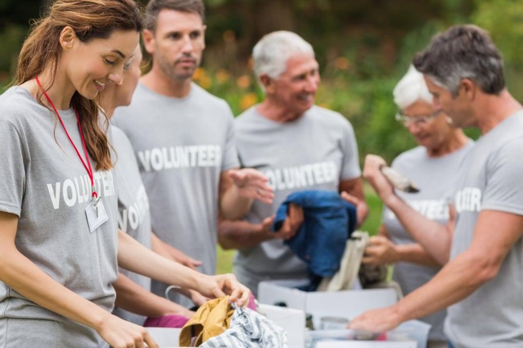 Volontariato: secondo una ricerca chi dedica parte del proprio tempo agli altri vive meglio