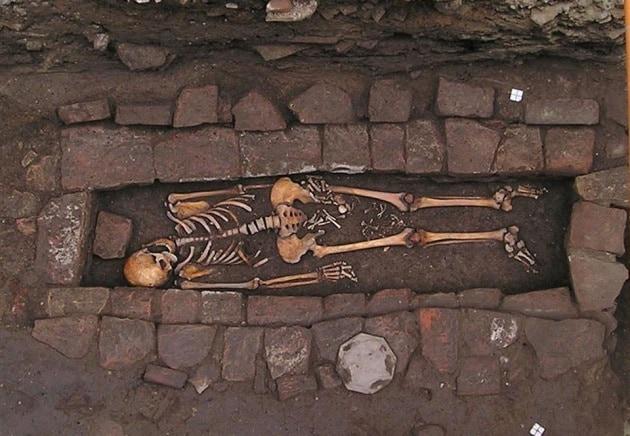 Una sepoltura racconta la malattia e la morte di una giovane incinta