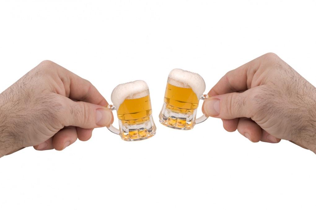 Il troppo alcol aumenta il rischio di demenze. Ma lo stesso accade con l'astinenza totale