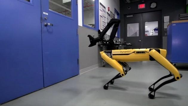 Il robot-cane SpotMini ha imparato ad aprire le porte