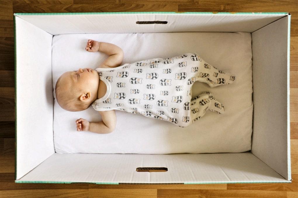 È vero che i neonati finlandesi dormono in una scatola?