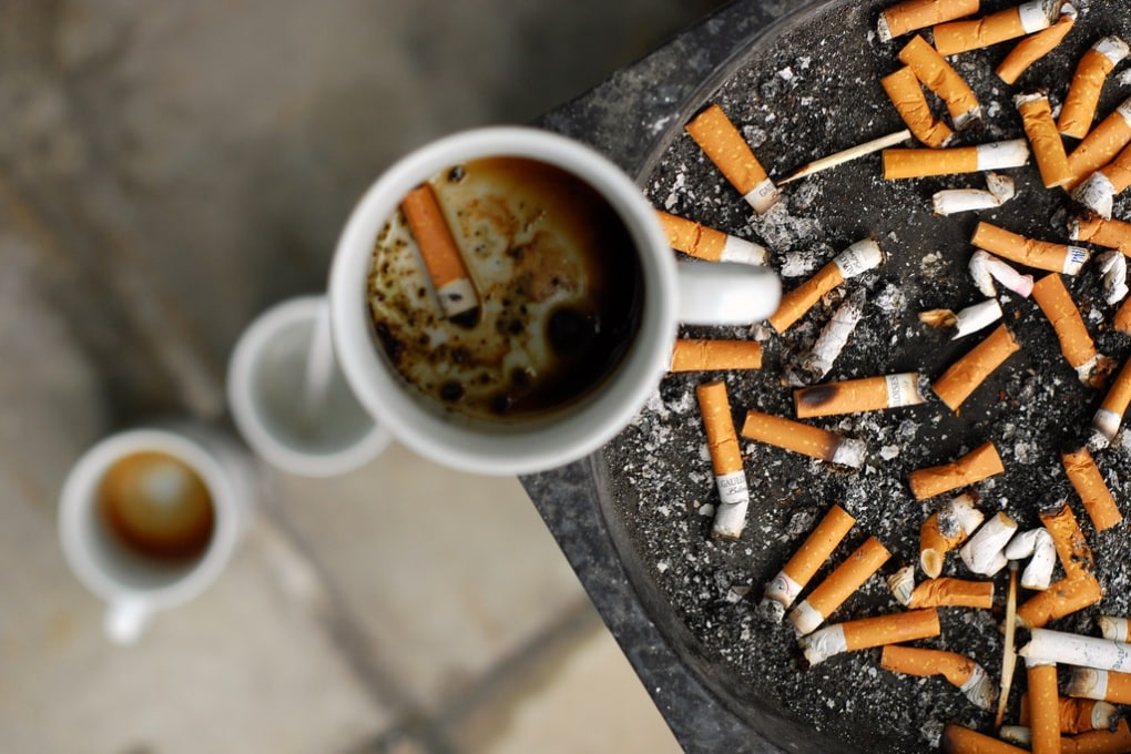 Caffè e sigaretta: ecco perché vanno a braccetto
