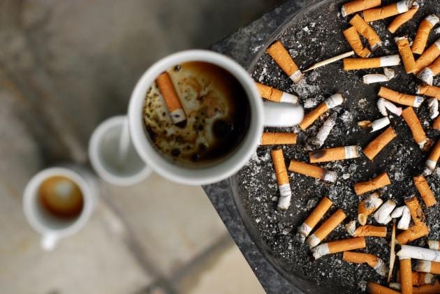 Caffè e sigaretta: ecco perché vanno a braccetto.