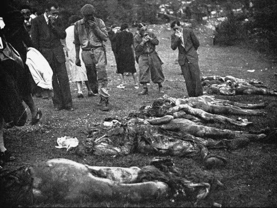 Recupero di resti umani dalla foiba di Vines, località Faraguni, presso Albona d'Istria negli ultimi mesi del 1943.
