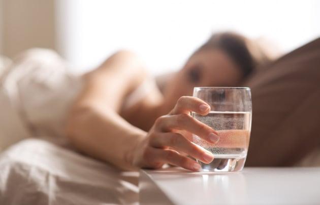 Un effetto collaterale del dormire troppo poco: la disidratazione