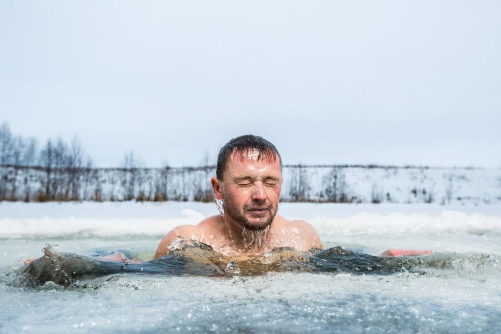 Nuotare al freddo? Non è uno sport adatto per chi deve perdere peso