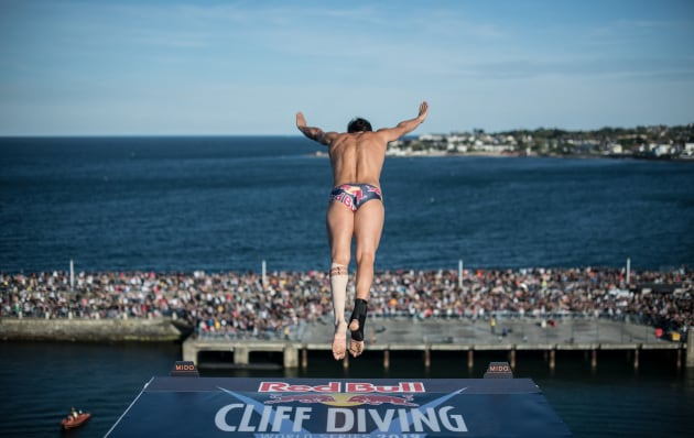 Come si allenano i tuffatori estremi: la scienza del cliff diving