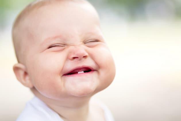 I bambini piccoli ridono come gli scimpanzé