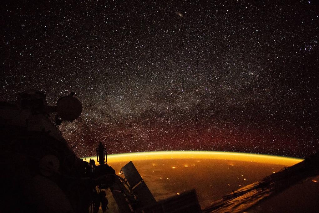 Dalla ISS: un bagliore arancione avvolge la Terra