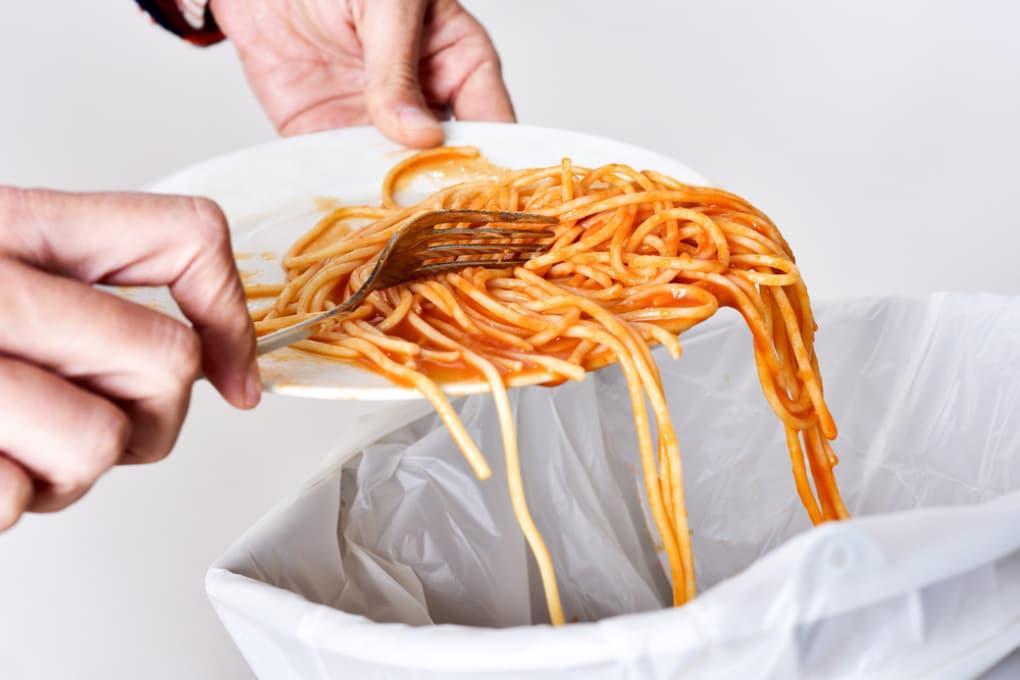 Spreco alimentare: nella spazzatura di casa finisce oltre la metà di tutto il cibo sprecato