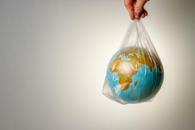 Anche la plastica genera CO2: ecco quanto pesa la sua impronta di carbonio