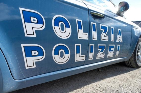 Una pantera della polizia stradale con la doppia dicitura in italiano e in tedesco.
