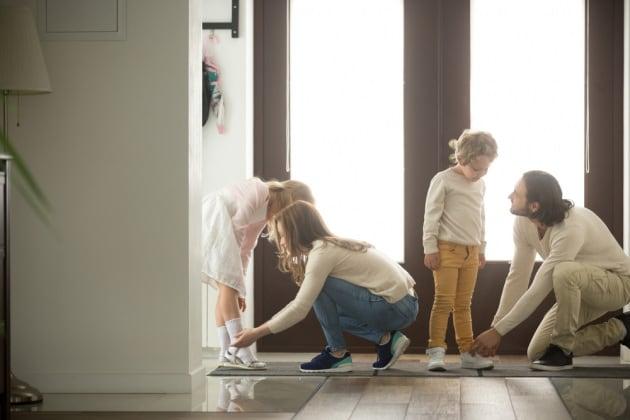 famiglia-togliere-scarpe
