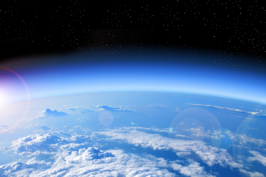 La Terra e il suo piccolo guscio di gas vari che chiamiamo atmosfera.
