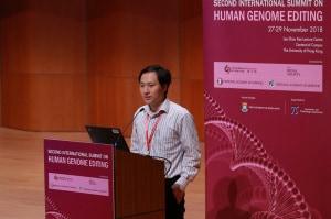 He Jiankui durante la presentazione del controverso esperimento di editing degli embrioni