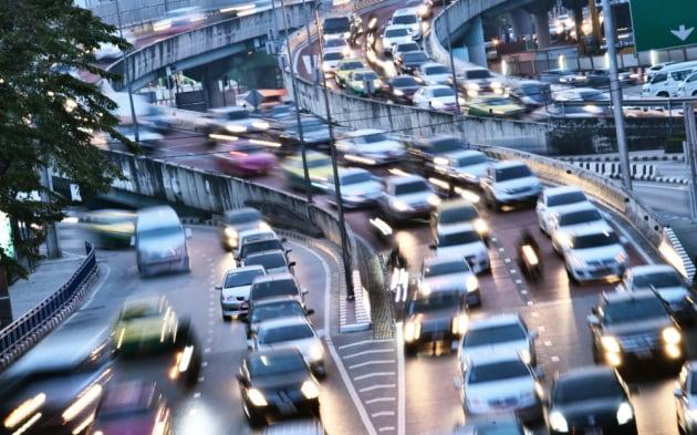 Aumentare i limiti di velocità migliorerebbe il traffico?