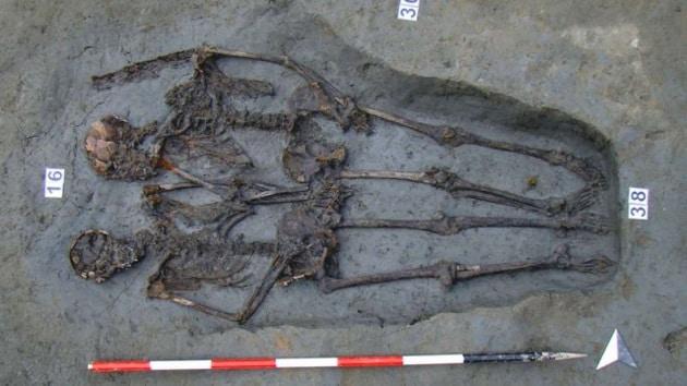 Gli scheletri sepolti mano nella mano a Modena sono di due uomini