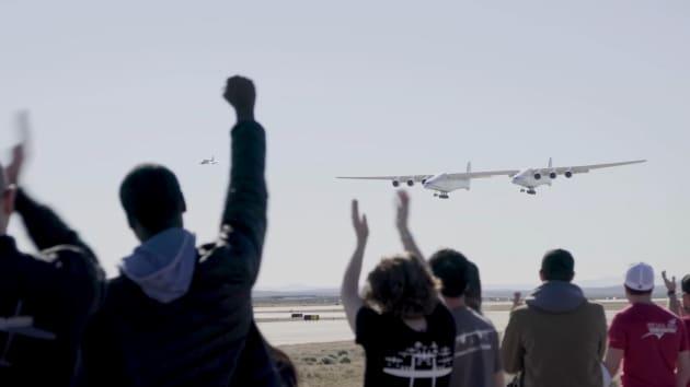 In volo lo Stratolaunch: l'aereo più grande al mondo