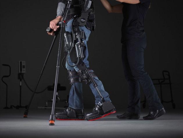 Francia - Paralizzato torna a camminare grazie al pensiero usando un esoscheletro