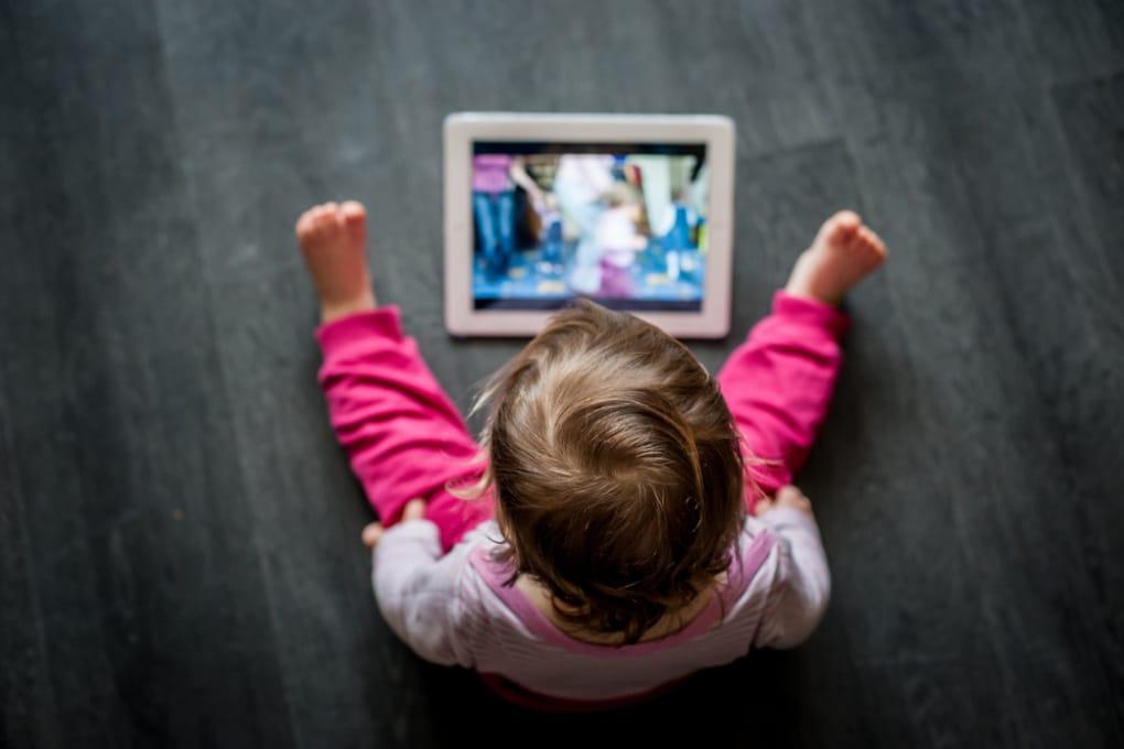 Troppo tempo davanti allo schermo rallenta lo sviluppo dei bambini?