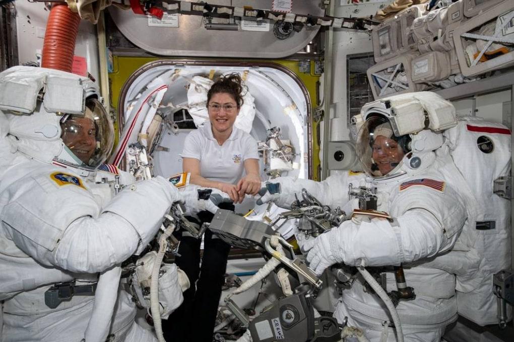 La prima EVA spaziale al femminile non si farà: c'è un problema con le tute spaziali