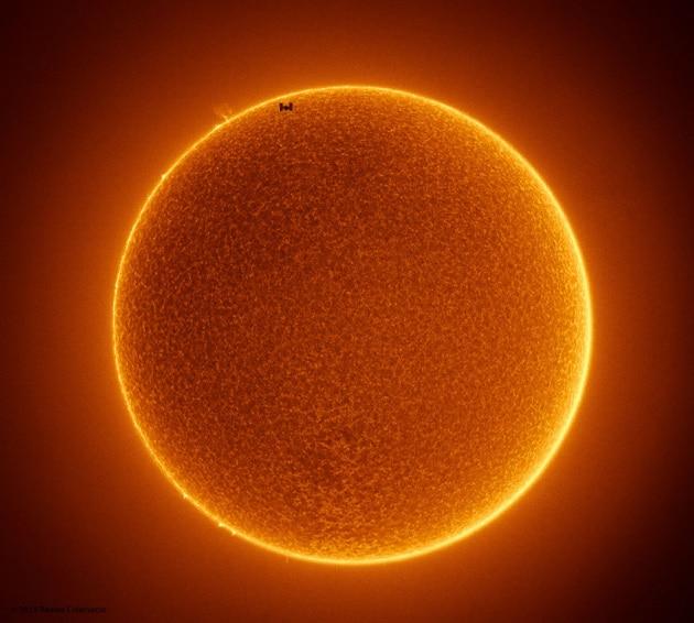La ISS, unica macchia sul Sole