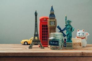 souvenir, miniature di monumenti, statue famose.