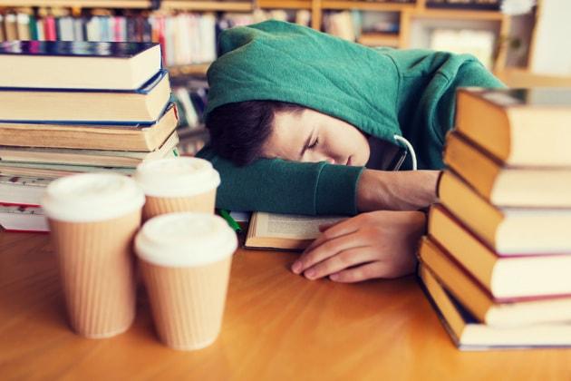 Adolescenti, voti migliori e meno assenze se la scuola inizia più tardi
